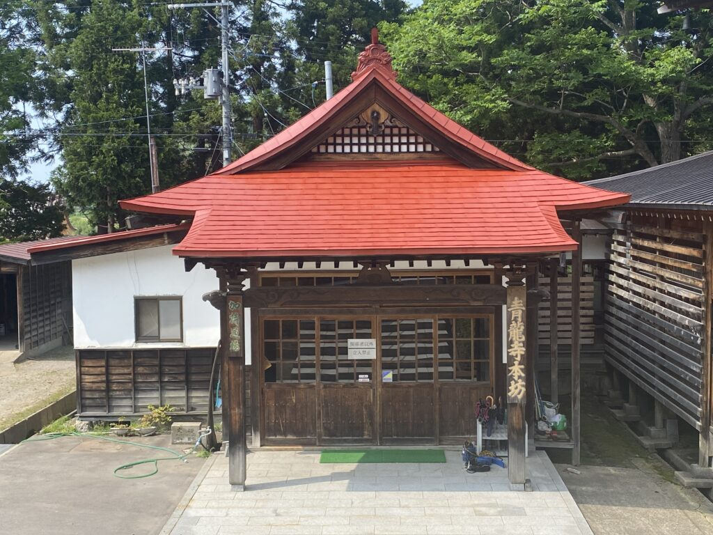 屋根ペンキ塗装施工中赤錆処理1【青森市S寺院様】
