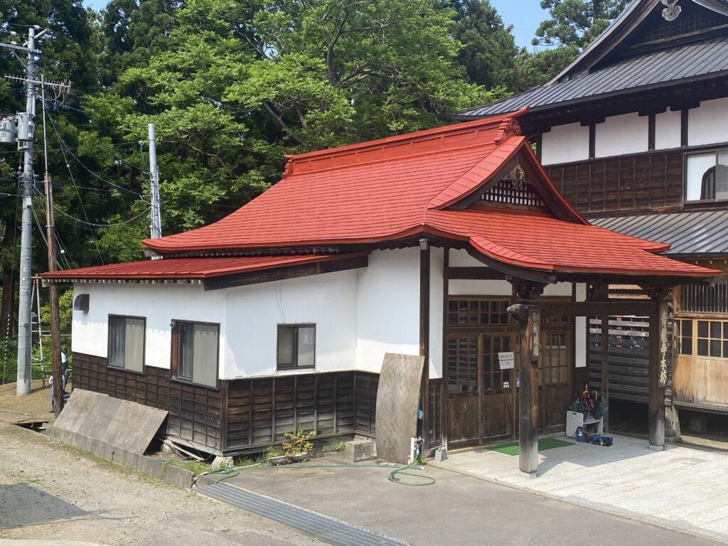 屋根ペンキ塗装施工中赤錆処理2【青森市S寺院様】