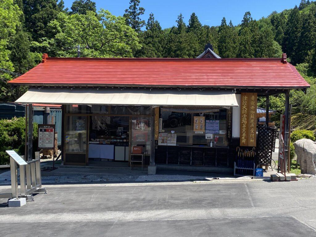 屋根ペンキ塗装施工中赤錆処理3【青森市S寺院様】